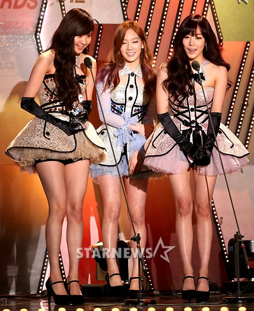 SNSD – TTS Wins Two Awards and Performs 'Twinkle' at the '2nd Gaon Chart K-Pop Awards'