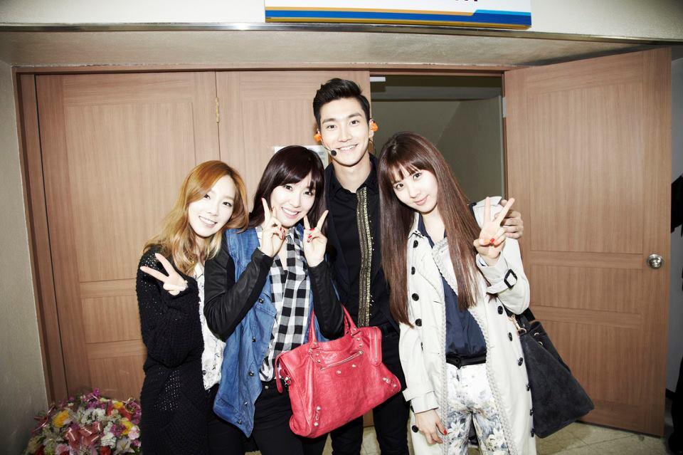 SNSD's Taeyeon, Tiffany and Seohyun snapped a photo with Super Junior's Siwon!