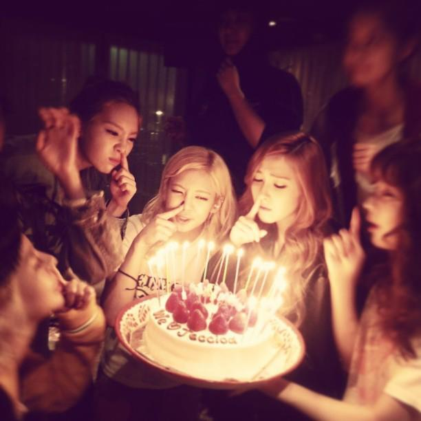 SNSD celebrates Jessica's Birthday and Krystal greets her dear sister, Jessica, a Happy Birthday!