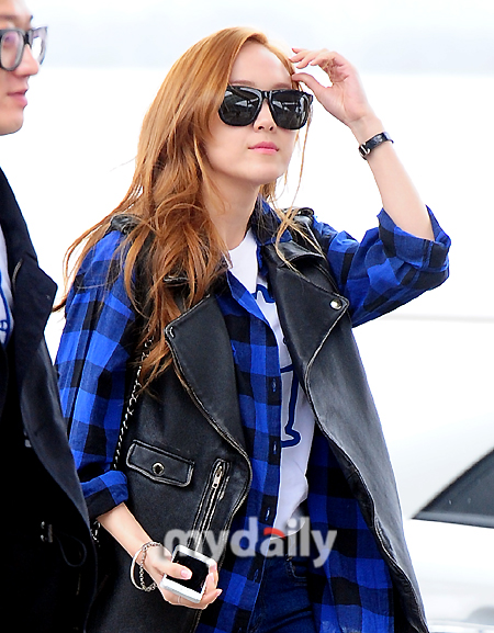 SNSD Jessica at airport heading to Paris, France for a photo shoot!
