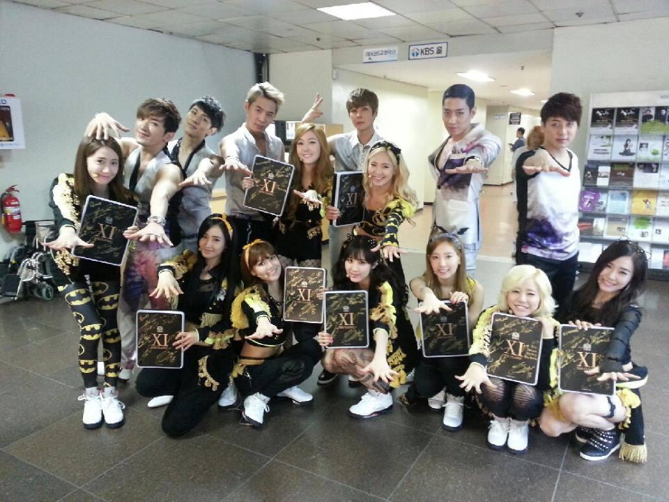 Girls' Generation's group photo with Shinhwa!