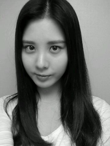 Girls`Generation's Seohyun Uploaded a Black and White Photo with Greetings!