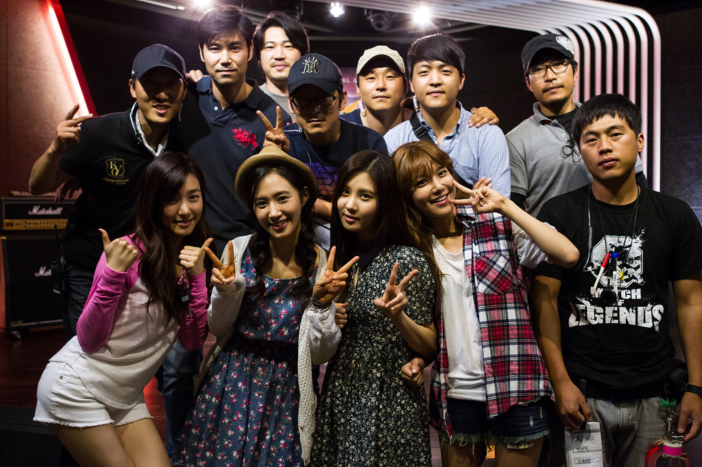 Girls`Generation Members Visited Yuri and Staffs on the Set of her Movie 'No Breathing'