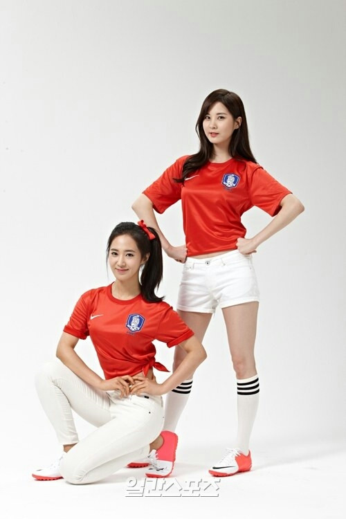 Girls`Generation's Yuri and Seohyun Shows Support For The '2013 EAFF East Asian Cup'!