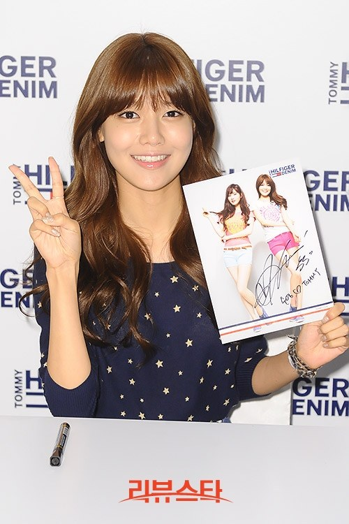 Girls`Generation's Seohyun and Sooyoung at Tommy Hilfiger's Signing Event!