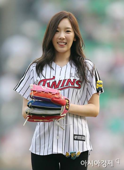 Girls`Generation's Taeyeon and Seohyun @ 2013 LG Twins & Nexen Heroes Baseball Game!