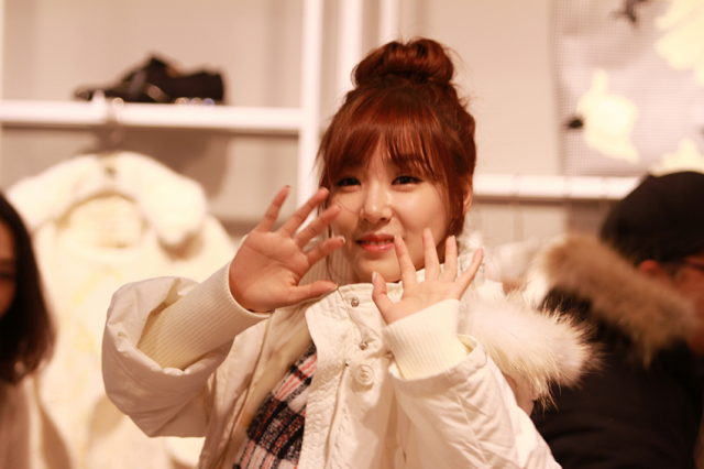 Girls`Generation's Tiffany Visited QUA's Store!