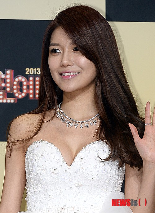 Girls`Generation's Sooyoung Won 'Rookie MC' Award from the 2013 SBS' Entertainment Awards!